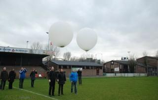 Ballonverstrooiing op het hoofdveld van voetbalvereniging Gouda