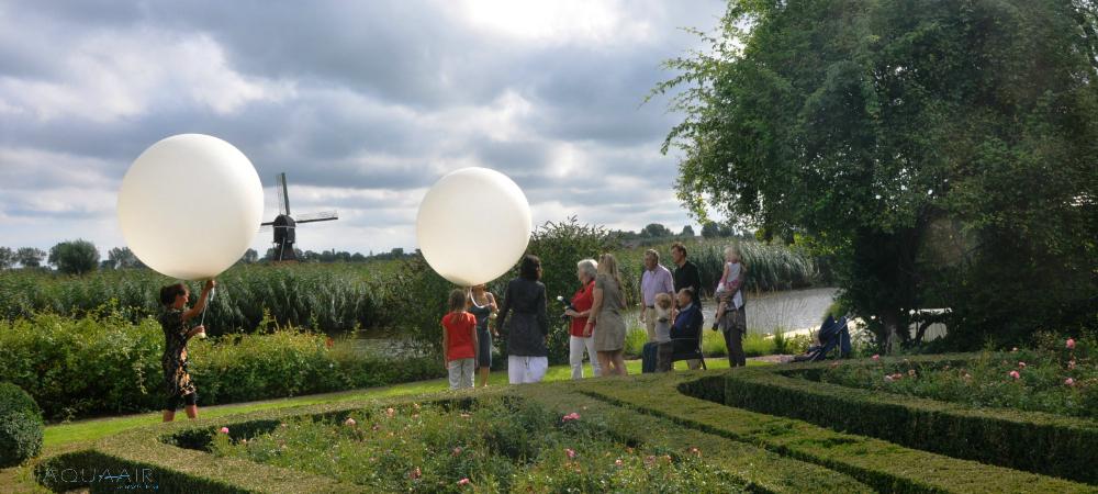 Ballonverstrooiing vanuit de achtertuin aan de de rivier