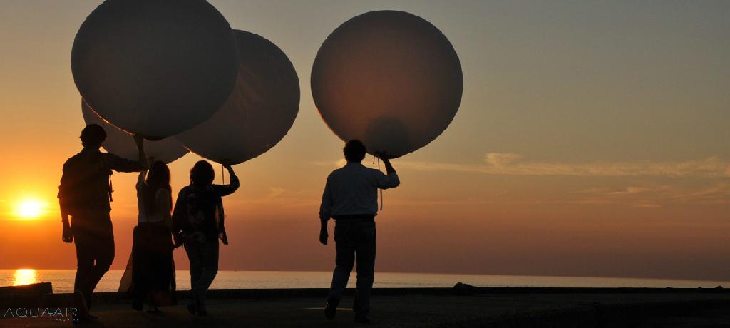ballonverstrooiing bij zonsondergang van beide ouders